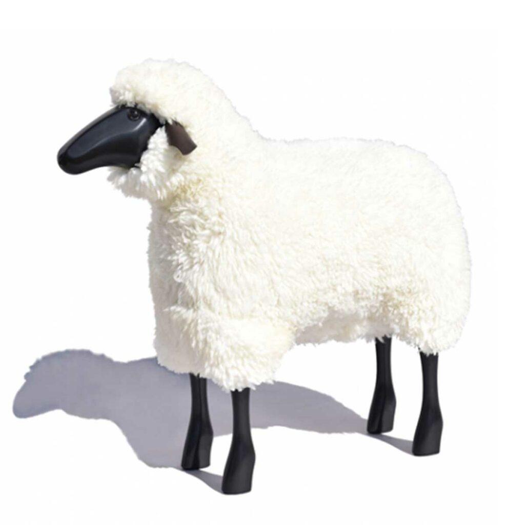 Schaf in Lebensgröße, schwarzes Holz, grau-braunes Fell