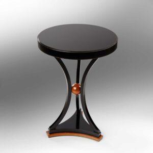 Tischchen mit Kugel